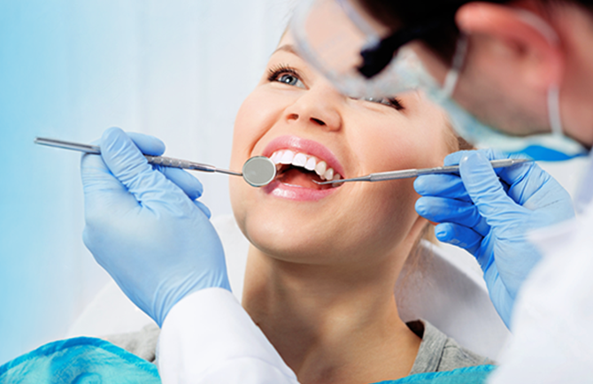 controllo carie ai denti su signora sorridente