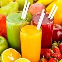 tre bicchieri con frullati di frutta